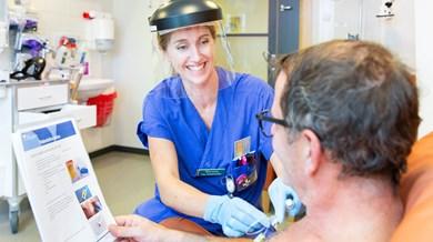 Sjuksköterska och patient i vårdsituation