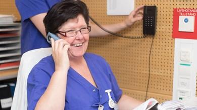 Sjukvårdpersonal talar i telefon